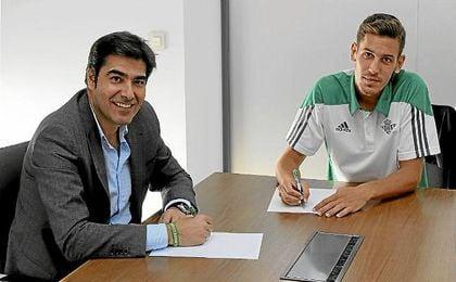 Ángel Haro, presidente del Betis, junto a Álex Alegría en la firma de los contratos.