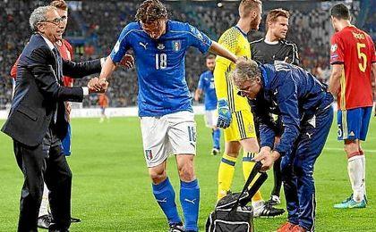 Montolivo abandona el campo tras lesionarse ante España.