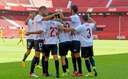Los jugadores del Sevilla Atl�tico celebran un gol en el S�nchez Pizju�n.
