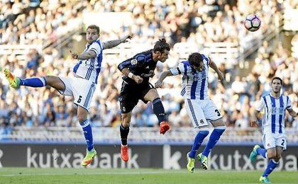 Bale, que lleva ocho goles de cabeza en lo que va de 2016, supera a Íñigo Martínez y Mikel González para anotar el 0-1 en Anoeta.