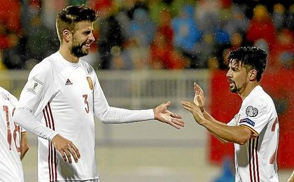 Piqu� felicita a Nolito por su gol ante Albania.