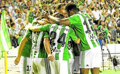 Frente a frente en esta imagen de equipo, el canario y el extremeño son los encargados de hacer los goles.