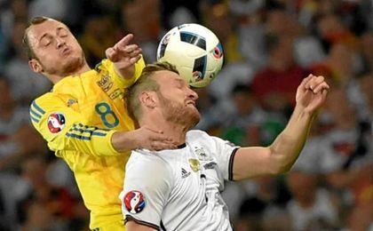 Zozulia pugna con Mustafi en un partido con Ucrania