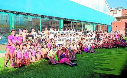 David Guevara posa junto a los alumnos de la Escuela.