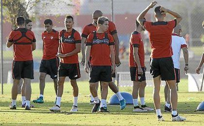 Imagen del entrenamiento del Sevilla en la Ciudad Deportiva Jos� Ram�n Cisneros.