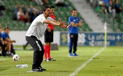 Contra, que se hizo cargo del Alcorcón este pasado verano, apenas ha dirigido al club alfarero en nueve encuentros de Liga.