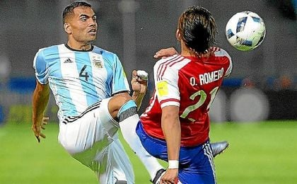 Mercado, en un lance con el paraguayo Romero.