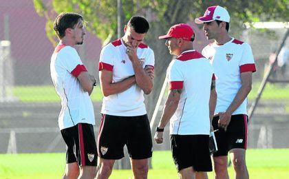 Scaloni, el segundo por la izquierda, dialoga con Matías Manna, Sampaoli y Martín Tocalli, durante un entrenamiento del Sevilla.