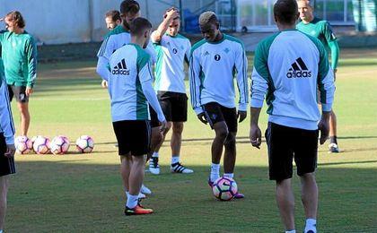 El Real Betis se ha entrenado con todos los jugadores disponibles de cara a recibir al Real Madrid.