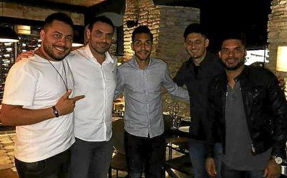 Edu, junto a Petros y otros amigos, en un restaurante de Sevilla.