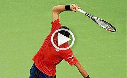 Djokovic, rompiendo la raqueta en Shanghai.