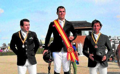 El asturiano Sergio �lvarez Moya, escoltado en el podio por Alberto M�rquez e Iv�n Serrano.