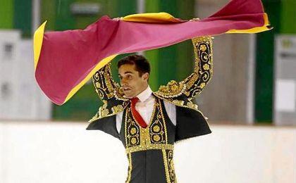 Javier Fernádez vestido con el traje de luces durante una actuación.
