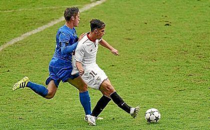 Rub�n dispara a porter�a para hacer uno de sus tres goles.