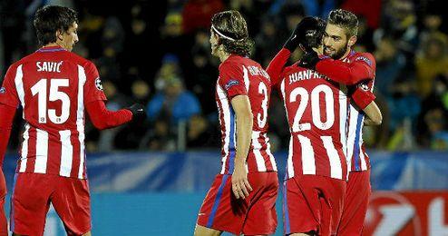 Carrasco celebra con sus compañeros el gol del triunfo del Atlético.