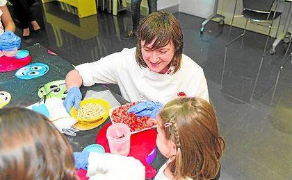 Rebeca Hernández, de ACYRE, dando un taller de cocina que tuvo lugar en la Cruz Roja de Madrid.