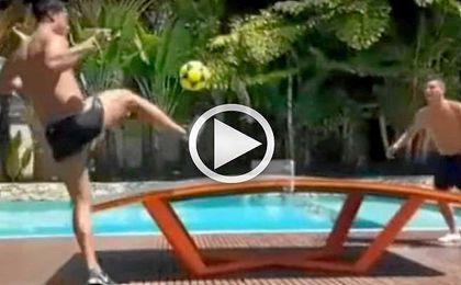 Ronaldinho se exhibe jugando al 'Teqball'