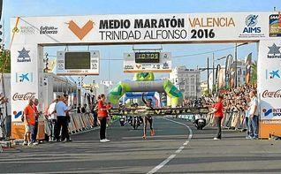 Los kenianos Kibet y Jepchichir se imponen en el medio marat�n de Valencia