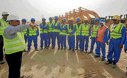 Imagen de un grupo de obreros en la construcción de las instalaciones para el Mundial de Qatar.