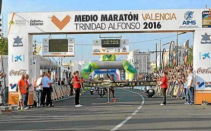La atleta Peres Jepchichir entrando en meta.