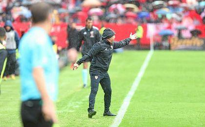Sampaoli se desgañita bajo la lluvia dando instrucciones en el Sevilla-Atlético.