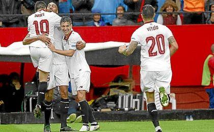 Vietto y Nasri abrazan a N´Zonzi tras marcar ante el Atlético.