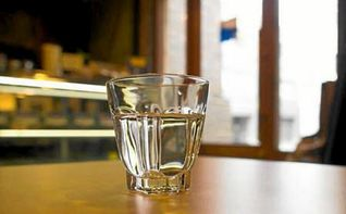 La Junta de Andalucía obliga a bares y restaurantes a ofrecer agua de manera gratuita