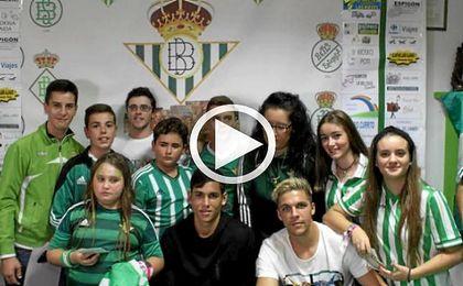 Aïssa Mandi y Jonas Martin, con jóvenes béticos en la Peña Cultural Bética de Albaida del Aljarafe.