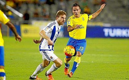 Roque Mesa presiona a Illarramendi en un partido de Liga.
