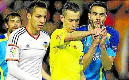 Iborra le protesta a Jaime Latre un penalti señalado al Sevilla ante el Valencia en el curso 2013/14.