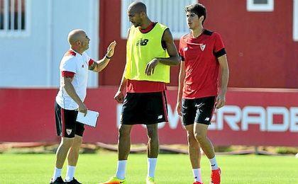 Steven N´Zonzi recibe instrucciones de Sampaoli durante un entrenamiento.