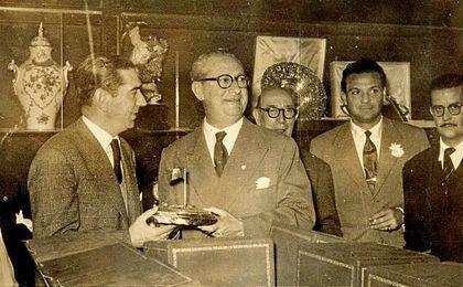 Sánchez Pizjuán recibiendo un galardón.