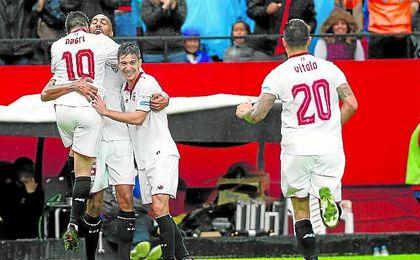 El plantel sevillista celebra el tanto conseguido por Steven N´Zonzi en el Sánchez Pizjuán ante el Atlético de Madrid.