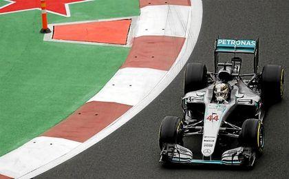Hamilton logró la ´pole´ en México y mete así más presión a su compañero Rosberg.