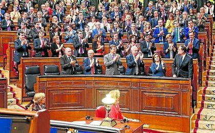 Mariano Rajoy, nuevo presidente del gobierno, aplaudido por su grupo en el Congreso de los Diputados.