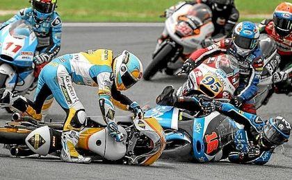 Bagnaia se lleva la victoria en Moto3 en una carrera accidentada.