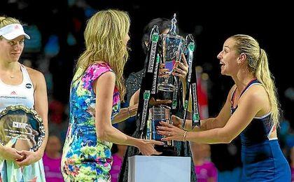 Una feliz Cibulkova se dispone a levantar su trofeo de maestra.