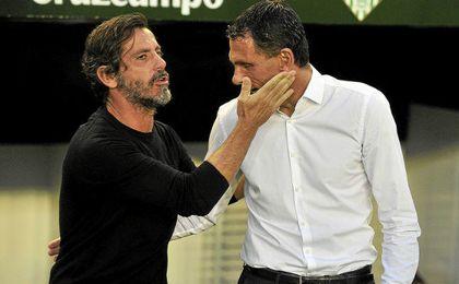 Quique Sánchez Flores consuela a Poyet tras la victoria del Espanyol en el Villamarín.