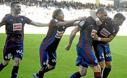 Ramis celebra el empate con sus compañeros.