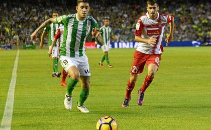 Sanabria persigue un balón ante la oposición del espanyolista Aaron Caricol.