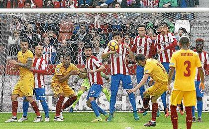 Franco Vázquez, que estrelló un balón en el poste, lanzando una falta.