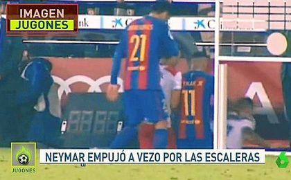 Momento en el que Neymar empuja a Vezo