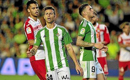 Rubén Castro y Sanabria se lamentan tras una ocasión perdida.