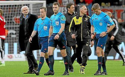 Zwayer suspendió unos minutos el partido entre el Bayer Leverkusen y el Borussia Dortmund.