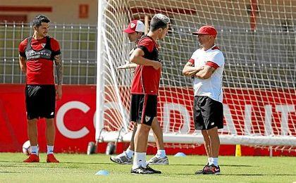 Sampaoli conversa con Nasri en un entrenamiento.