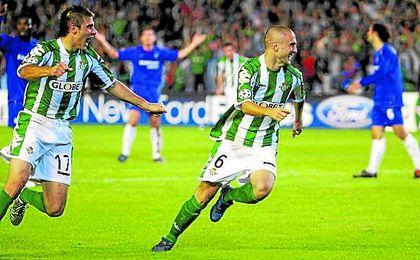 Joaquín Sánchez corre detrás de Dani para celebrar el gol de la victoria conseguido ante el Chelsea.