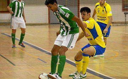 Paco disputa un balón ante un rival del Ciudad de de Narón.