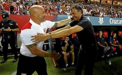 Jorge Sampaoli y Luis Enrique Martínez se saludan justo antes del comienzo del encuentro de ida de la Supercopa de España.