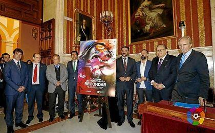 En la imagen, Javier Tebas Eduardo Herrera, Ángel Haro y José Castro, entre otros, durante la presentación del encuentro.
