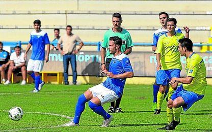 En la imagen, el delantero azulino Alberto Castro, en un lance de un encuentro disputado esta temporada contra el Coria.